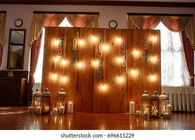 Decorative wooden wall and light bulbs. Wedding decorate.