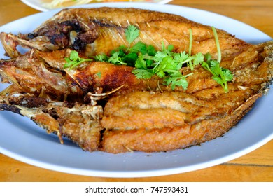 Deep fried fish and put it on the plate and sprinkle with coriander leaves