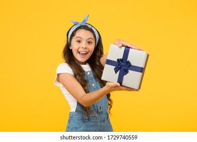 Das muss klar sein. schwarzer Freitagnachlass. Verkauf im Sommer. beste Geschenke und Geschenke. Kleines Mädchen öffnete die Schachtel. Überraschtes Kind auf gelbem Hintergrund. Geburtstagsüberraschung für sie. Verkaufskonzept.