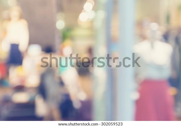 女性のファッションを展示するデフォーカスの衣料品店の玄関