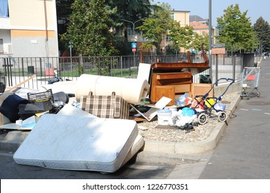 degradation and popular district - rubbish dump - underworld and mafia pollute the city - abandonment of waste electrical appliances in the street