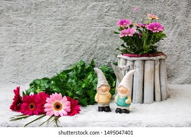Deko mit Zwergen, Gerbera und Efeu