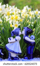 Delfts blue couple kissing with daffodil background