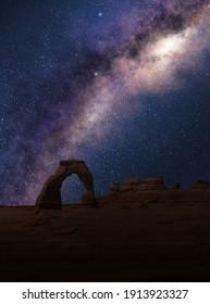 Delikate Bögen unter der Milchstraße in einem sternförmigen Nachthimmel. Arches National Park, Utah.