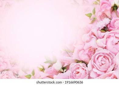 Zarter, blühender rosa-weißer Rosenrahmen, blühende Blumen pastellfarbener Hintergrund, weiche Blumenkarte mit Bouquet, Ton