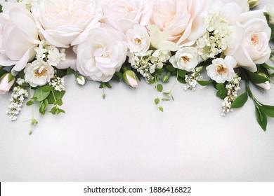 Zarter, blühender, weißer und hellrosa Rosérahmen, blühende Blumen, festlicher Hintergrund, weiche Blumenkarte mit Bouquet, Ton