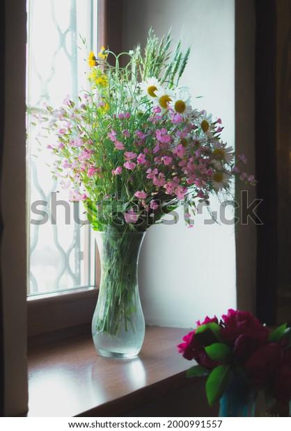 delicate-bouquet-wild-flowers-vase-600w-