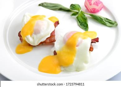 Leckeres Frühstück mit Eiern Benedikt