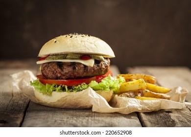 Leckerer Hamburger mit Rind, Tomate, Käse und Salat