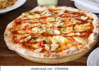 A delicious chicken pizza