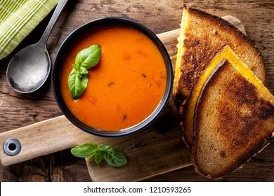 Deliciosa sopa de tomate caseira com um sanduíche de queijo grelhado em centeio.