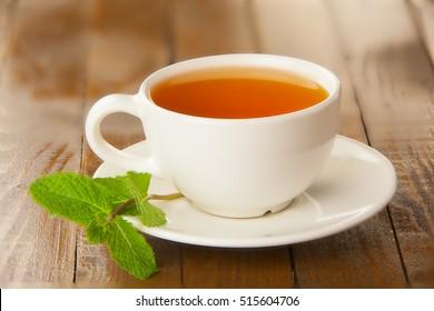 leckerer, heißer grüner Tee auf Holztisch