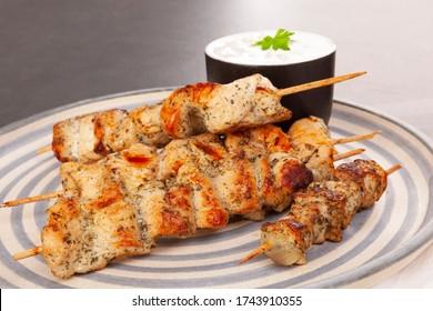De délicieux kebabs au yaourt. Du poulet, de la dinde au barbecue.
