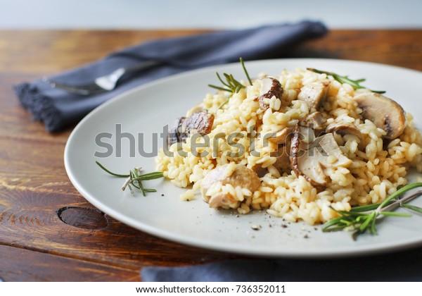 délicieux riz aux champignons et romarin, risotto.