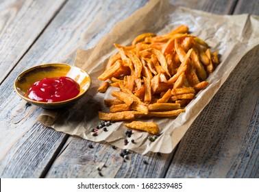 De délicieuses frites de patates douces avec du ketchup.