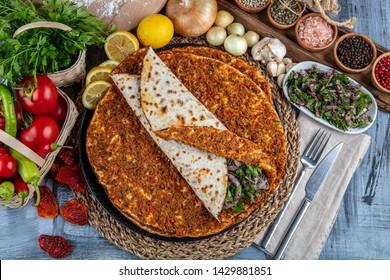 Deliciosa pizza turca Lahmacun. Este Lahmacun es sabroso y delicioso