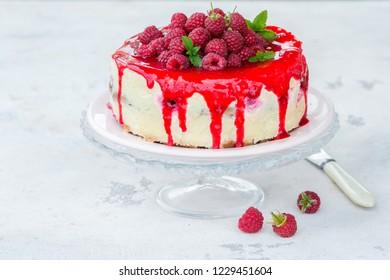 Delicious vanilla cheesecake with raspberries