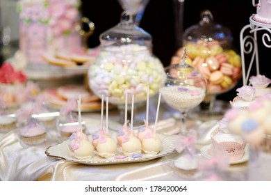 Delicious wedding cake pops in pink and purple