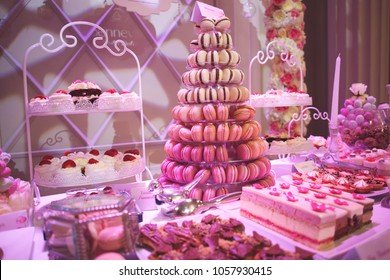 Delicious wedding candy bar with macarons, cakes, cake pop and cupcakes