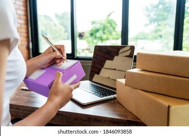 Lieferantenverkäufer bereitet die Lieferbox vor. Schreibadresse auf Packing.Pappe Paketbox für Online-Verkauf. Konzept des E-Commerce-Startup Small Business Shipping Products