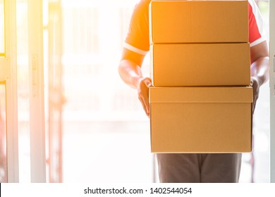 The delivery staff of the man who sent the goods at the front door,Delivery service courier