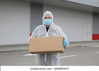 Lieferung Arbeitnehmer geschützt mit Tuch, Brille, chirurgischer Maske und Handschuhen mit Pappkarton, Korona-Virus-Schutz