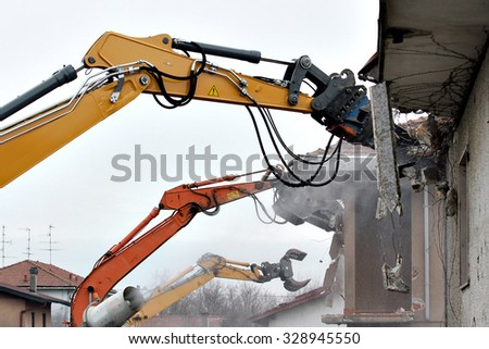 Demolition of houses by hydraulic crashers