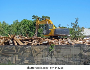 Demolition of houses, demolition of debris, work of an excavator
