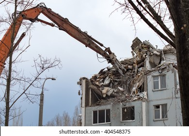 Demolition of a residential house using building hydraulic shears