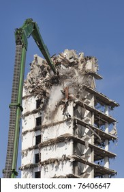 Demolition of s skyscraper