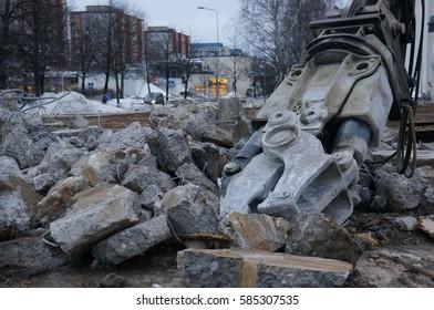 Demolition Waste and Demolition Pincer