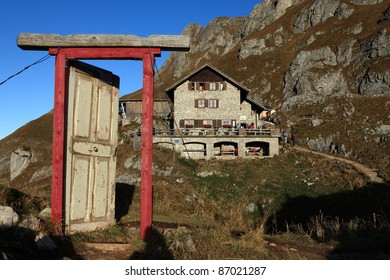 Tür in den Alpen bei der Bad Kissinger Hütte im Tannheimer Tal