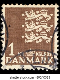 DENMARK - CIRCA 1946: A stamp printed in Denmark shows image of three lions, series, circa 1946