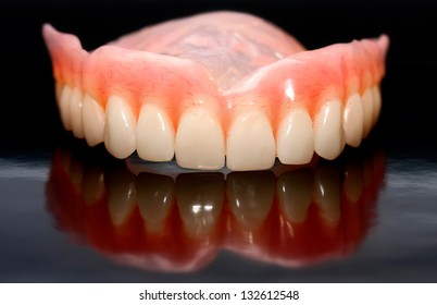 Dental prosthesis from the laboratory and its reflection image
