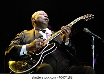 DENVER - AUGUST 13: 	BB KING legendary blues guitarist performs in concert August 13, 2002 at Fiddlers Green Amphitheater in Denver, CO.