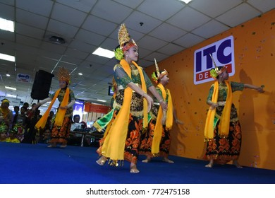Depok - 5 November 2017 : girls performing traditional Indonesian dance at Depok Mall on 5 November 2017 Indonesia.
