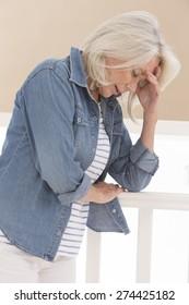 Femme âgée fatiguée et déprimée
