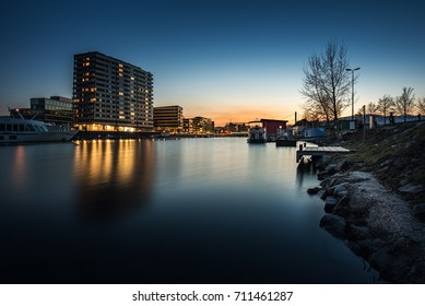 Der Winterhafen in Linz zur blauen Stunde. Linz hat sich in den letzten Jahren von der reinen Industriestadt zu einem wundervollen Wohnort mit herrlichen Plätzen entwickelt. Wohnen am Wasser in Linz.
