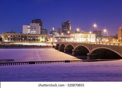 Des Moines skyline accros frozen Des Moines River.