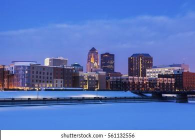Des Moines skyline accros frozen Des Moines River. Des Moines, Iowa, USA.