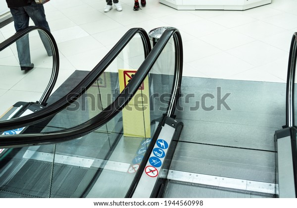 descending-escalator-shopping-center-rai
