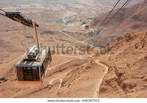 Paisaje del desierto con teleférico del teleférico de Masada, Israel