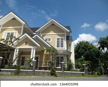 the design of an attractive residential house in an araya residential Surabaya (surabaya, march 14 2014)