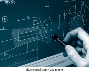 Designer, der an einem monochromen Cad-Entwurf arbeitet