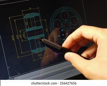 Designer, der an einem Cad-Entwurf arbeitet