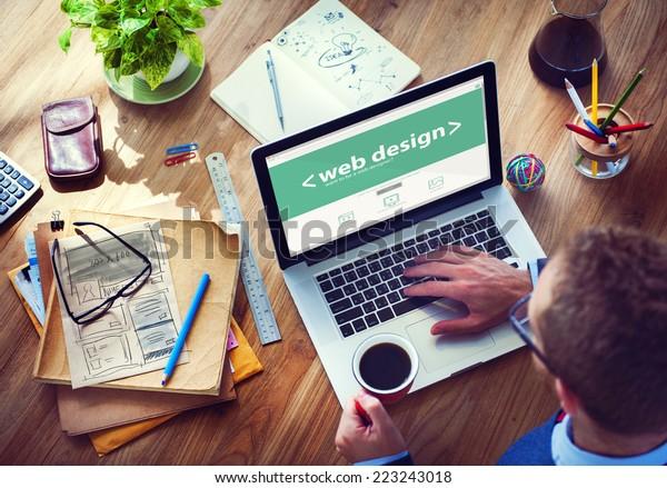 Designer arbeitet am Notebook