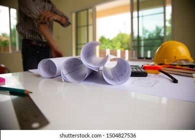 Desk of Architectural working project in der Baustelle, Mit Zeichnung Equipment Konzept.