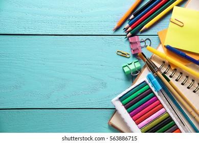 Schreibtisch mit festem Hintergrund auf Holz. Schulkonzept