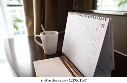 Kalender 2021 auf Holzschreibtisch
