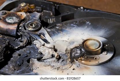 Festplatte in Nahaufnahme zerstört. Der Lesekopf wird geschmolzen